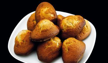 Une dizaine de madeleines dans une assiette