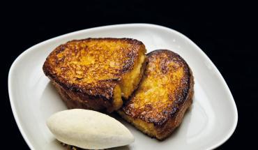Deux tranches de pain perdu et une quenelle de glace vanille