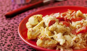 Du Poulet biryani dans une assiette rouge