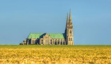 Cathédrale de Chartres au milieu des champs de blé