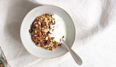 Recette de granola au chocolat dans un bol avec du lait sur une serviette blanche