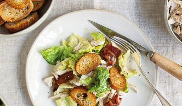 Salade Caesar poulet porc et pain de la veille