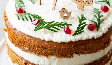 Layer cake de noël aux épices et à la chantilly gâteau de noël