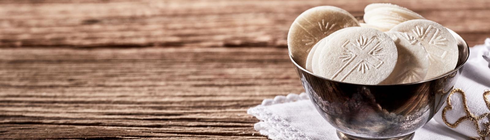 Les secrets du pain azyme de l'église - hostie sur table en bois