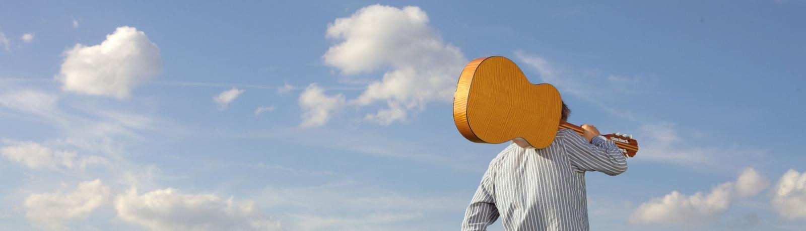 Céréales en chanson - chanteur avec sa guitare dans la nature